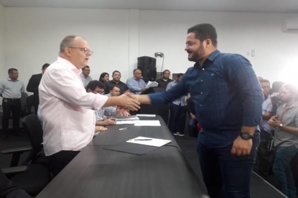 Prefeito Alan assina ordem de serviço que garante pavimentação asfáltica de 16 vias